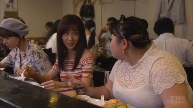 「カンナさーん!」内で赤いボーダーのオフショルダーを着て食事中の山口紗弥加