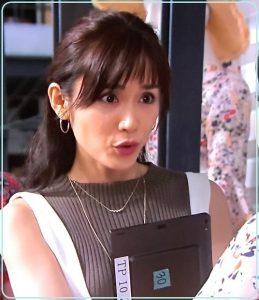 ニットに白のジャンパースカートを合わせる「カンナさーん!」出演時の山口紗弥加